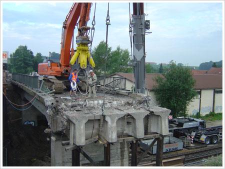 Abbruch Bahnüberführung Garching a.d. Alz | 2009 in Zusammenarbeit mit Fa. TVF Altwert